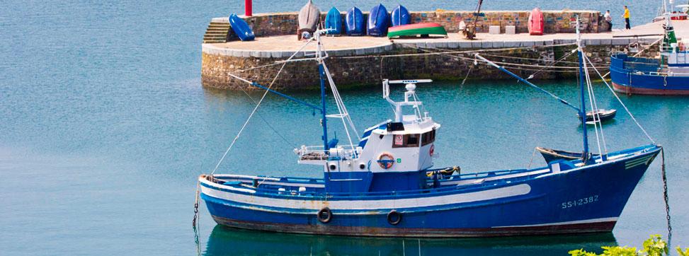 Entrada de un barco en el puerto de Hondarribia