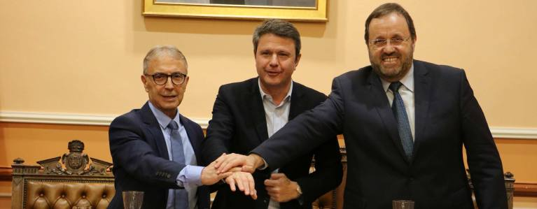 Los tres alcaldes dándose la mano